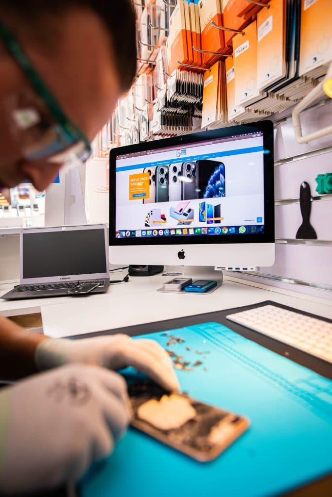 Technicus repareert iPhone-scherm
